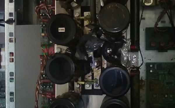 scoppio condensatore con incendio contenuto con estintore